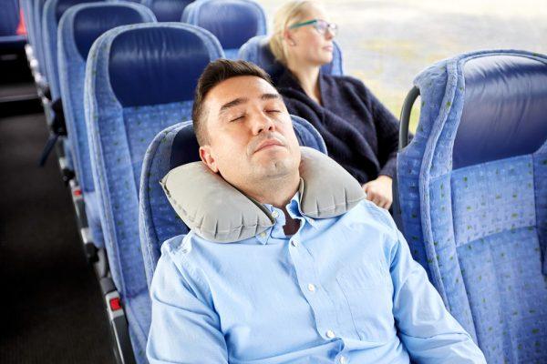 pria tidur dengan nyaman di bus perjalanan