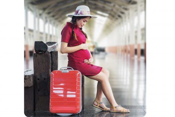 wanita hamil berbaju merah